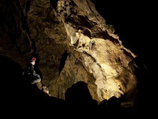 Visitez les profondeurs de la grotte Rat's Nest et explorez les stalactites et les stalagmites du sous-sol des environs de Canmore. (Groupe CNW/Destination Canada)