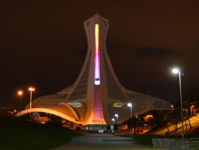 L'échine de la Tour du Parc olympique arborant son nouvel éclairage. (Groupe CNW/Parc olympique)