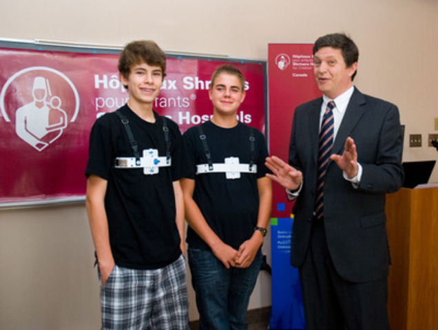 "15 year-old Oscar and 14 year-old Antoine with Marcelo Martínez-Ferro, M.D., Paediatric surgeon, Division of General Paediatric Surgery, National Paediatric Hospital ""JP Garrahan"", Buenos Aires, Argentina. (CNW Group/SHRINERS HOSPITAL FOR CHILDREN (CANADA))"