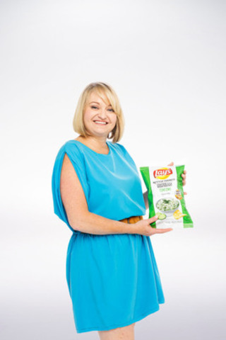 Denise Vella, de Cambridge, en Ontario, a conçu la saveur Tzatziki sur Lay's cuites à la marmite. (Groupe CNW/PepsiCo Canada)