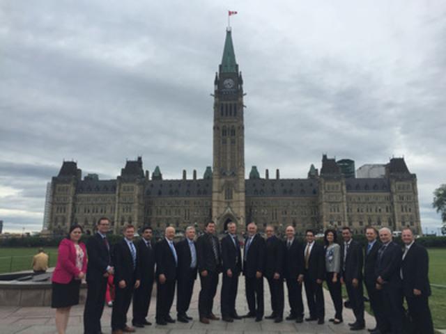 Délégation nationale de membres et d'associés de l'ICCA sur la Colline du Parlement à Ottawa (Groupe CNW/Institut Canadien de la construction en acier)
