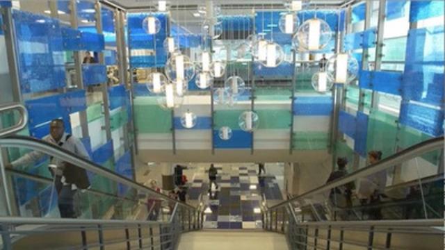 Video: Pour la première fois en six ans, l'Aéroport international Toronto Pearson a dévoilé la nouvelle jetée de 80 000 pieds carrés située dans l'Aérogare 3. Cette zone récemment rénovée a été conçue pour répondre à la croissance du nombre de passagers prévue par l'aéroport. La nouvelle jetée permettra de soutenir les déplacements d'environ 2,9 millions de passagers de WestJet au départ de vols internationaux et intérieurs, ou en provenance de villes canadiennes à l'aide de cinq passerelles et de quatre portes de sortie.