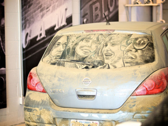 """""""Da Vinci of Dust,"""" artist Scott Wade, reveals beauty in dirty cars at Toronto exhibit to celebrate $2 million raised for Cystic Fibrosis through CARSTAR's annual national Soaps it Up car wash. (CNW Group/CARSTAR Collision & Glass Centres)"""