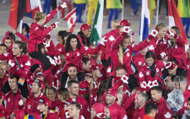 L'Équipe olympique canadienne reste au chaud à Rio grâce à la 8e édition des mitaines rouges emblématiques. (Groupe CNW/la Baie d'Hudson)
