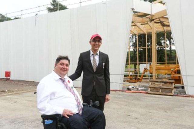 L'honorable Kent Hehr, ministre des Anciens Combattants et ministre associé de la Défense nationale, et Xavier Delporte, représentant la Fondation Vimy, visitent le nouveau Centre d'accueil et d'éducation en construction à Vimy. (Groupe CNW/Anciens Combattants Canada)