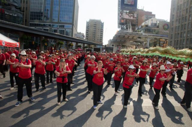Séances d'initiation gratuites pour le public et démonstrations des arts Tai Chi Taoïste(MD) tels que pratiqués par 40 000 participants répartis dans 26 pays : voici une partie du contenu des célébrations annuelles de la Journée internationale de la sensibilisation au Fung Loy Kok Tai Chi Taoïste(MC). Pour plus de détails : www.taoist.org  Améliorer son équilibre grâce à la pratique du Tai Chi Taoïste(MD). (Groupe CNW/Fung Loy Kok Institute of Taoism)