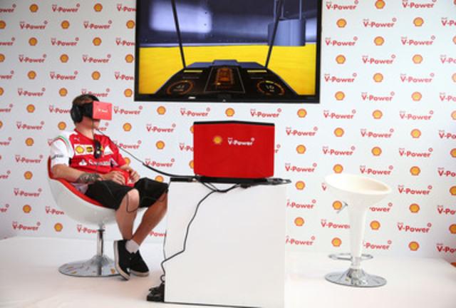 Le pilote de l'écurie Scuderia Ferrari Kimi Räikkönen prend part à un voyage virtuel au cœur d'un moteur V6, afin de voir les multiples avantages de performance qu'offre l'essence Shell V-Power. (Groupe CNW/Shell Canada)