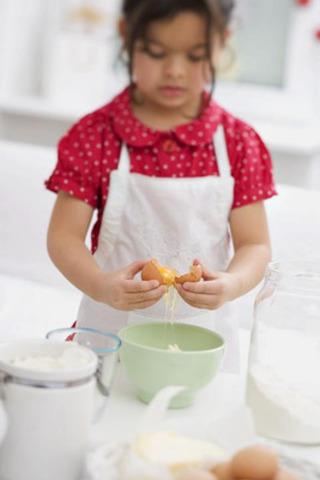 Enfant cassant des œufs (Groupe CNW/Producteurs d'oeufs du Canada)