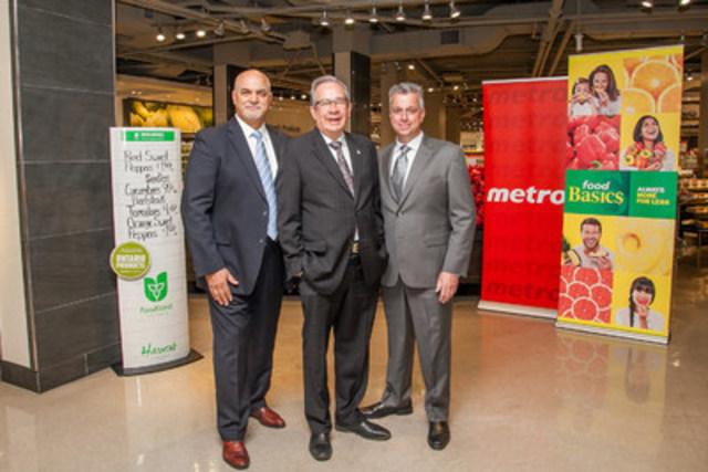 Le ministre de l'Agriculture, de l'alimentation et des affaires rurales de l'Ontario, Jeff Leal, en compagnie de Joe Fusco, vice-président principal, Metro, et Paul Bravi, vice-président principal, Food Basics, au Metro de Front Street Market. (Groupe CNW/METRO INC.)