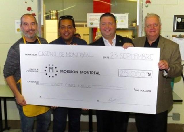 Remise du chèque de 25 000 $ du Casino de Montréal à Moisson Montréal le 23 septembre 2015. De gauche à droite : Kevin Taylor, chef d'exploitation de la SCQ, Gregory Charles, porte-parole de la SCQ, Dany Michaud, directeur général de Moisson Montréal et Claude Poisson, président des opérations de la SCQ (Groupe CNW/MOISSON MONTREAL)