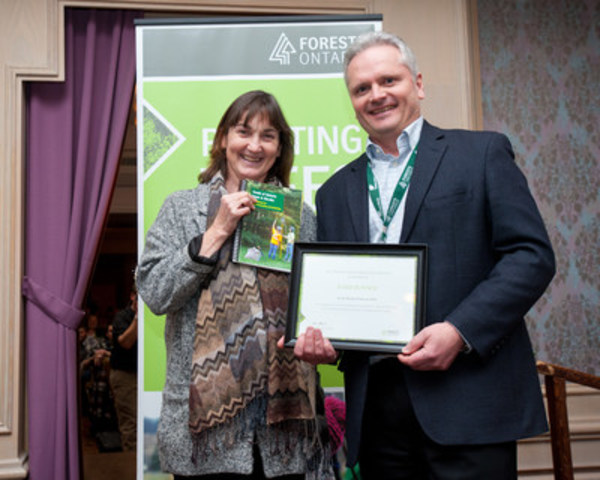 Barb Boysen receives the Ontario Forestry Association (OFA) Award from Deputy Minister of Natural Resources and Forestry Bill Thornton at Forests Ontario's ReGeneration conference in Alliston, Ontario. (CNW Group/Forests Ontario)