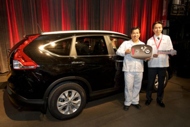 Honda Canada célèbre le début de la production de masse du tout nouveau CR-V 2012 qui sera maintenant fabriqué au Canada dans son usine d'Alliston, en Ontario. (De gauche à droite) Nobuyuki Sanui, président, Honda of Canada Mfg., et Takashi Sekiguchi, président et chef de la direction, Honda Canada Inc. (Groupe CNW/Honda Canada Inc.)