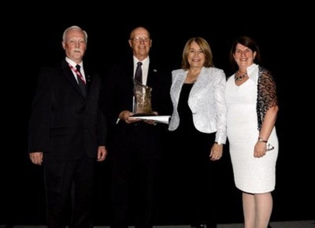 M. John Harvie, président du conseil d'administration, et Mme Kathy Bardswick, présidente et chef de la direction acceptent le prix de la coopérative de l'année. (Groupe CNW/Coopératives et mutuelles Canada)