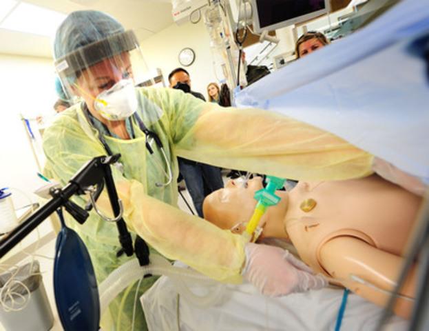 Une thérapeute respiratoire fait la démonstration de la façon dont la norme CSA sur les établissements de soins de santé aura un effet positif sur son travail, lors d'un événement médiatique visant à lancer la norme au Allan Waters Family Simulation Centre de l'Hôpital St. Michael à Toronto. (Groupe CNW/Normes CSA)