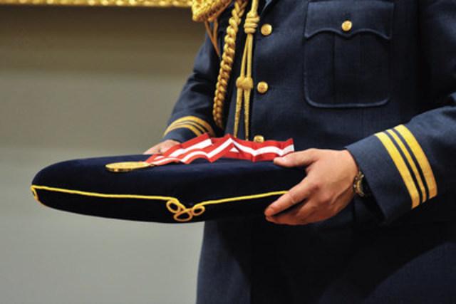 Présentation d'une médaille aux Prix d'histoire du Gouverneur général. Crédit: La Société Histoire Canada (Groupe CNW/Histoire Canada)