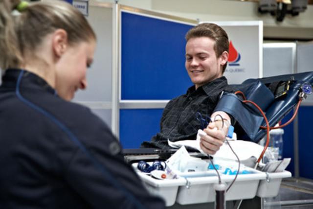Un donneur de sang en collecte mobile. (Groupe CNW/Héma-Québec)