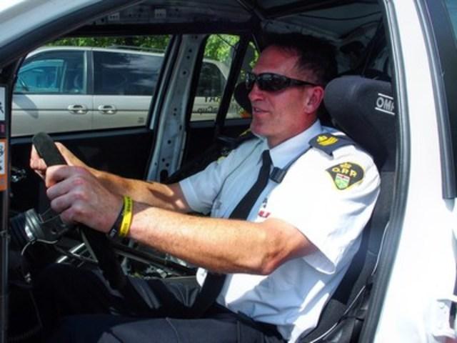 Représentant du projet E.R.A.S.E., Chuck Kaizer, sergent d'état-major de la Police provinciale de l'Ontario, Division de la sécurité de la circulation, échangera son uniforme de policier pour une combinaison de pilote lors de la fin de semaine de la fête du Travail pour participer à l'épreuve de la Coupe Nissan Micra au Canadian Tire Motorsport Park (CTMP) (Groupe CNW/Nissan Canada Inc.)