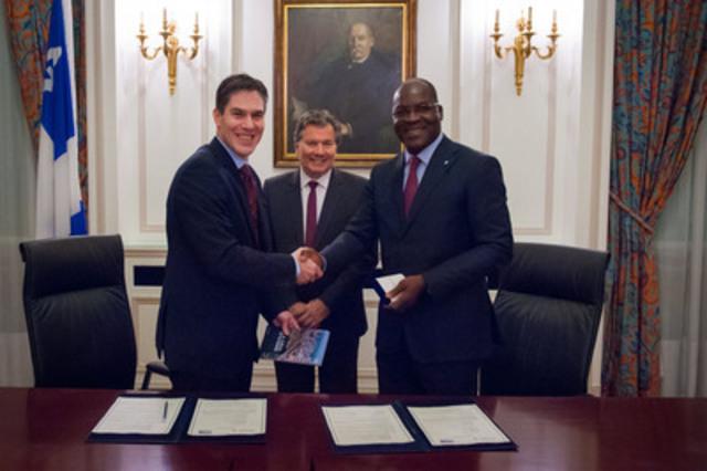 De gauche à droite : Me Nicolas Plourde, bâtonnier du Québec, M. Michel Robitaille, Délégué général du Québec à Paris, Me Joachim Bile-Aka, bâtonnier de la Côte d'Ivoire. (Groupe CNW/BARREAU DU QUEBEC)