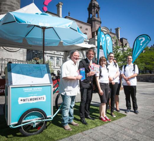 M. Mario Lafrance, directeur général de la SDC Vieux-Montréal et M. Yves Lalumière, président-directeur général de Tourisme Montréal entourés des membres de l'Équipe d'accueil touristique mobile lors du lancement officiel de ce nouveau concept. (Groupe CNW/Tourisme Montréal)