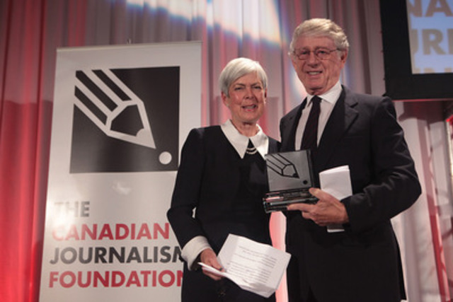 Ted Koppel , anchor and managing editor of ABC's Nightline for 26 years, presents the Canadian Journalism Foundation Honorary Tribute posthumously to Peter Jennings. Sarah Jennings, Peter's sister and a journalist, accepts the tribute on the family's behalf. (CNW Group/Canadian Journalism Foundation)