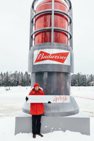 Wayne Gretzky, shown here with Canada's Goal Light, made a surprise appearance in Plaster Rock, New Brunswick to kick off the World Pond Hockey Championship. Images available at: https://www.dropbox.com/sh/rvyshsisn3iahx1/AAAXbSoA1u8FLrx5dMfaUvNpa?dl=0 (CNW Group/World Pond Hockey Championships)