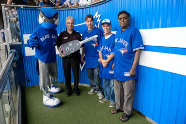 Pour de nombreuses personnes, le match de dimanche des Blue Jays de Toronto a marqué la fin de la saison 2013 de baseball, mais Honda a remis des prix pour garder trois chanceux partisans occupés durant la longue attente jusqu'à l'entraînement du printemps. (Groupe CNW/Honda Canada Inc.)
