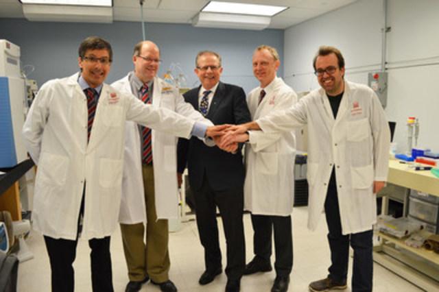 De gauche à droite : Dr Daniel Figeys, Université d'Ottawa; Dr David Mack, Institut de recherche CHEO; Dr Phillip Sherman, IRSC; Dr Alain Stintzi, Université d'Ottawa; Dr James Butcher, Université d'Ottawa (Groupe CNW/Instituts de recherche en santé du Canada)