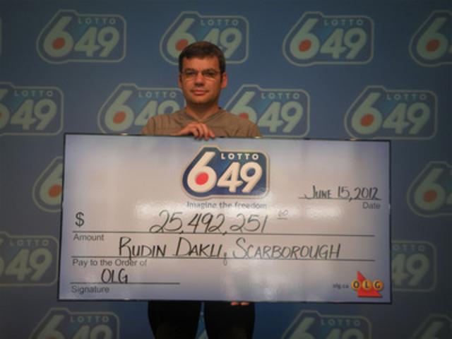 Rudin Dakli de Scarborough est venu réclamer son chèque de 25 millions de dollars du Lotto 6/49 aujourd'hui. (Groupe CNW/OLG Winners)