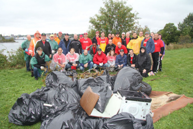 Tufts Cove, Nova Scotia: Coca-Cola employees take part in the company's national participation in the Great Canadian Shoreline Cleanup today. (CNW Group/Coca-Cola Refreshments Canada) (CNW Group/Coca-Cola Canada)