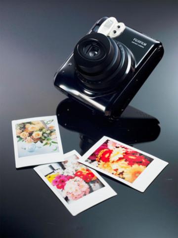 Fujifilm Instax Mini 50S (CNW Group/FUJIFILM Canada Inc.)