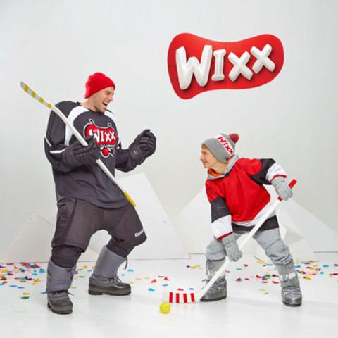Étienne Boulay et un jeune WIXX qui s'amusent en jouant au hockey-bottines, activité vedette des WIXX cet hiver! Pour faire bouger les préados et trouver des activités inspirantes : operationwixx.ca (Groupe CNW/QUEBEC EN FORME)