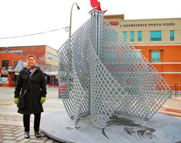 L'artiste Louise Viger présentant son oeuvre Une architecture d'air, élément phare à l'entrée de la Plaza Saint-Hubert. (Groupe CNW/Ville de Montréal - Arrondissement de Rosemont - La Petite-Patrie)