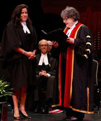 L'honorable Jody Wilson-Raybould, ministre de la Justice et procureure générale du Canada (à gauche), est reçue au barreau de l'Ontario par la trésorière Janet E. Minor lors de la cérémonie d'assermentation à Ottawa le 15 juin, sous le regard de l'honorable George R. Strathy, juge en chef de l'Ontario (au centre). Les cérémonies d'assermentation se tiennent dans toute la province ce mois-ci en Ontario pour recevoir les tout nouveaux avocats et avocates dans la profession juridique. La ministre Wilson-Raybould a prononcé l'allocution. (Groupe CNW/Barreau du Haut-Canada)