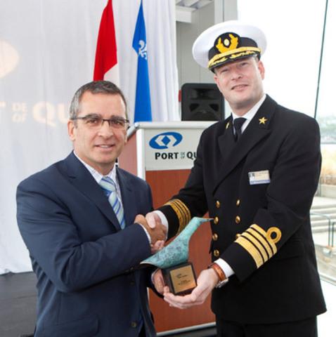 Le capitaine Bas Van Dreumel et Mario Girard (Groupe CNW/Administration portuaire de Québec)