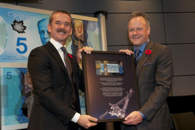 Chris Hadfield, astronaute canadien à la retraite et ancien commandant de la Station spatiale internationale, et Stephen S. Poloz, gouverneur de la Banque du Canada, au lancement officiel de la nouvelle coupure de 5 dollars en polymère qui s'est déroulé à l'Agence spatiale canadienne, à Saint-Hubert (Québec). (Groupe CNW/Banque du Canada)