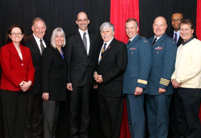 L'honorable Steven Blaney, ministre des Anciens Combattants et ministre de la Francophonie (quatrième à partir de la gauche), était le conférencier d'honneur à l'occasion de l'activité « Les familles des militaires à l'avant-plan » tenue à Cornwall aujourd'hui. (Groupe CNW/Anciens Combattants Canada)