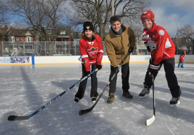 Susan O'Brien, Vice-President, Canadian Tire and John Doig, Chief Marketing Officer, Scotiabank announce $270,000 sponsorship for the City of Toronto to keep 11 ice rinks open through to March 16. (CNW Group/CANADIAN TIRE CORPORATION, LIMITED)