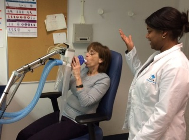 A new program teaches patients with COPD how to better cope with their disease at home. Here a patient undergoes testing at L'Hôpital du Sacré-Coeur de Montréal (CNW Group/Canadian Foundation for Healthcare Improvement)