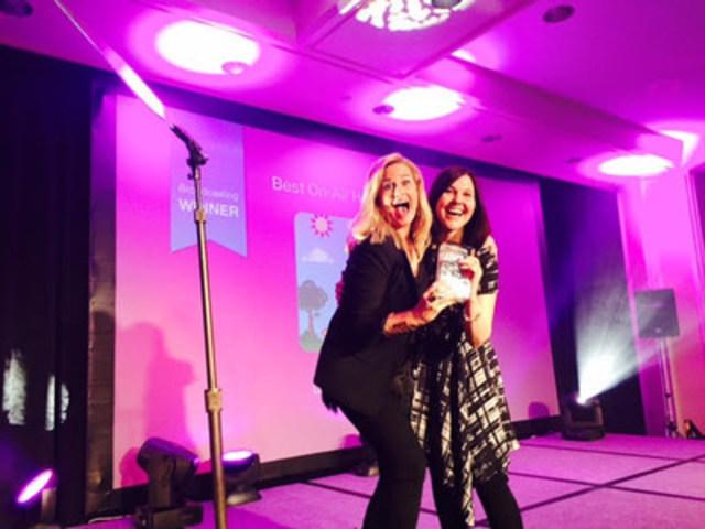 Marianne Lambert, productrice MINI TFO reçoit le prix lors du gala des Kidscreen à Miami le 9 février 2016 (Groupe CNW/Groupe Média TFO)