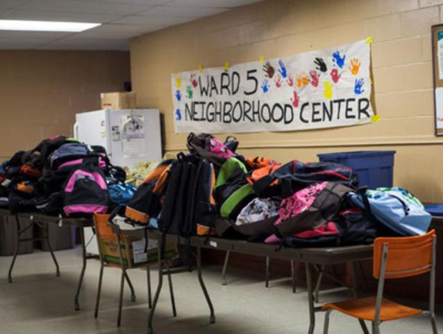 Des bénévoles de Bell Aliant font une livraison de sacs à dos au centre communautaire du Quartier 5 à Halifax. (Groupe CNW/Bell Aliant Inc. - Français)