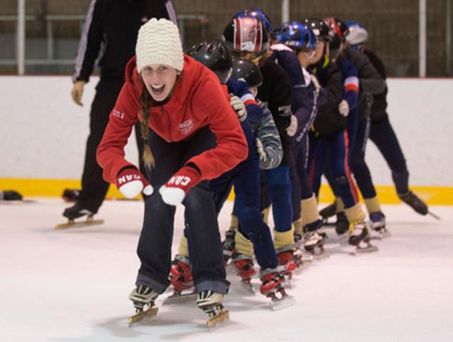 L'athlète olympique de Coca-Cola Canada, Marianne St-Gelais, a surpris des jeunes lors de l'événement montréalais de ParticipACTION Jeunesse le 10 décembre. (Groupe CNW/Coca-Cola Canada)