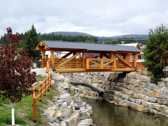 AKBLG -- Association of Kootenay Boundary Local Governments: City of Kimberley - Mark Creek Bridge (Credit: Aidan Bozek / Tyee Log Homes) (CNW Group/Canadian Wood Council for Wood WORKS! BC)