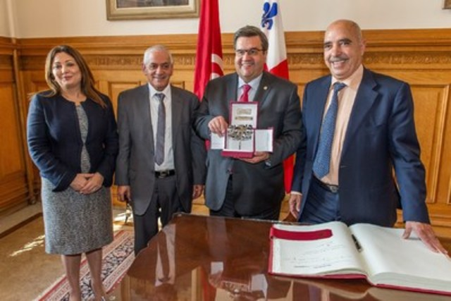Le maire de Montréal, l'hon. Denis Coderre a rencontré hier, le 18 mai 2016, trois membres du Quartet du dialogue national tunisien, récipiendaire du Prix Nobel de la Paix 2015, ainsi que Son Excellence Monsieur Riadh Essid, ambassadeur de Tunisie au Canada et Monsieur Nehrou El Arbi, consul de Tunisie à Montréal. (Groupe CNW/Ville de Montréal - Cabinet du maire et du comité exécutif)