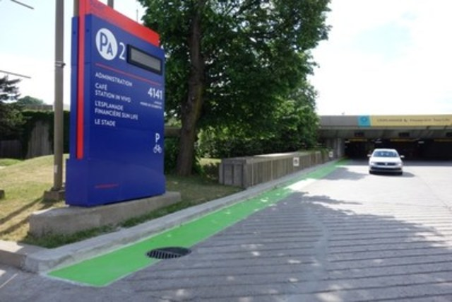 Deux corridors d'accès ont été aménagés afin de faciliter l'accès aux vélos. Les espaces de circulation réservés ont été lissés et marqués en vert afin de délimiter les voies réservées aux cyclistes. (Groupe CNW/Parc olympique)