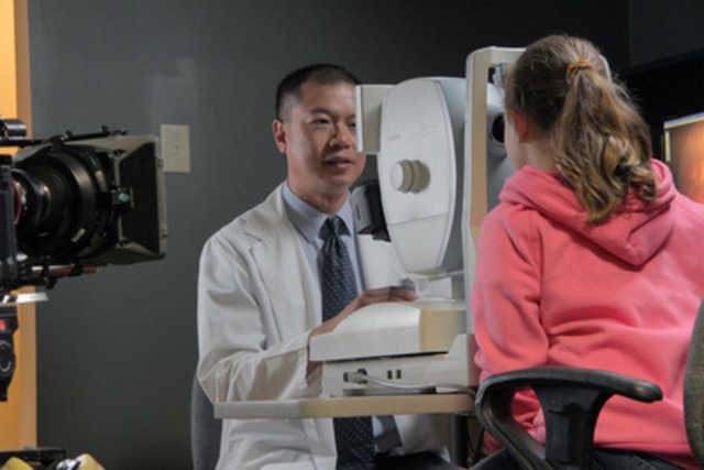 Dr Joseph Chan performs eye exam on Sarah Slingsby (CNW Group/Ontario Association of Optometrists)