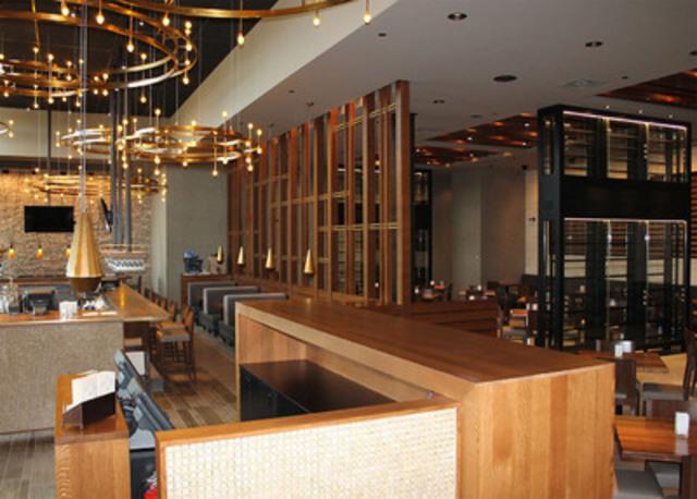Le nouvel emplacement est conçu pour accueillir 187 clients, avec 36 places de plus sur la terrasse. Le bar du restaurant, avec son extraordinaire éclairage spécialement conçu, est l'endroit idéal pour les adeptes du 5 à 7. (Groupe CNW/Interaction Asian Restaurants, L.P.)