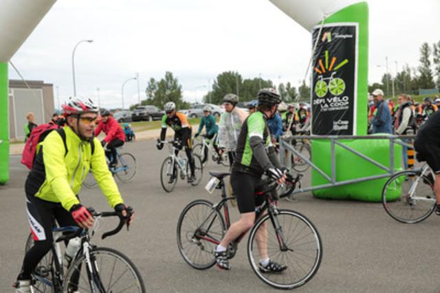 Départ des participants. Défi vélo La Coop 2014 (Groupe CNW/La Coop fédérée)
