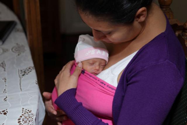 Une mère prend soin de son nourrisson selon la méthode kangourou. Grands Défis Canada, qui est financé par le gouvernement du Canada, appuie la réalisation de nouvelles études sur l'incidence de la méthode kangourou sur le développement cognitif dans le cadre de son programme Sauver des cerveaux. (Groupe CNW/Grand Challenges Canada)