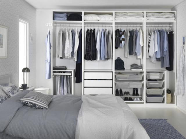 Armoire-penderie PAX avec NOUVEAUX! accessoires KOMPLEMENT (Groupe CNW/IKEA Canada)