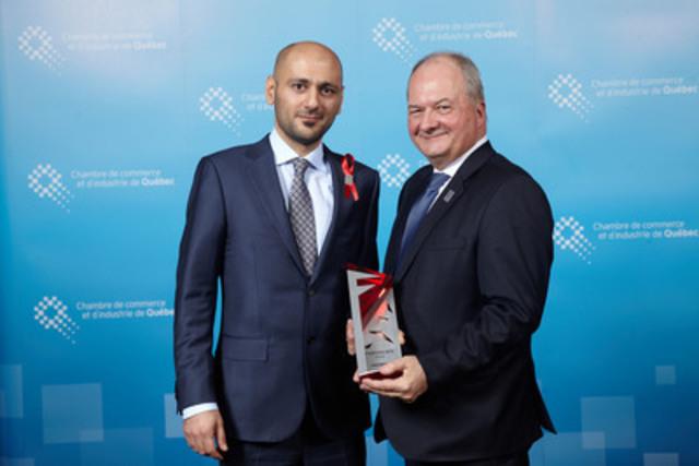 Monsieur Xavier Farooghi à gauche, Président et Co-Fondateur de Crakmedia, recevant le prix des mains de Monsieur Alain Aubut, Président et chef de la direction à Chambre de Commerce et d'Industrie de Québec. (Groupe CNW/Crakmedia)